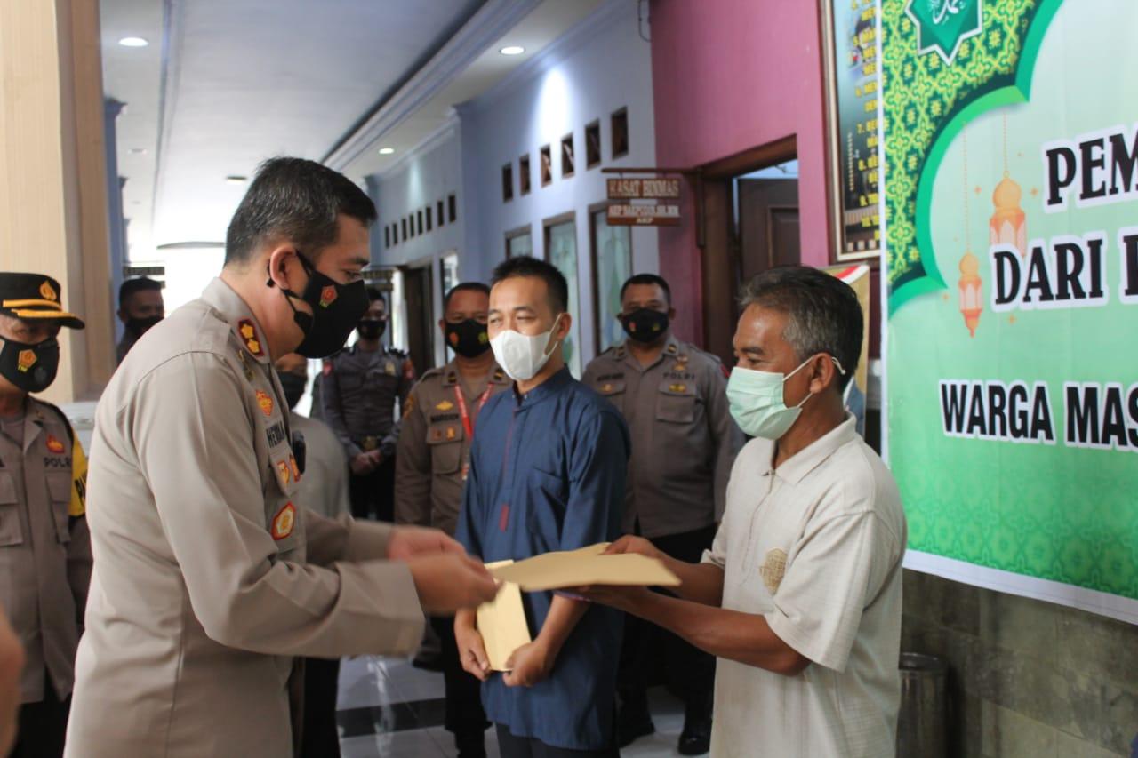 Penyerahan zakat fitrah ini secara simbolis diserahkan oleh Kapolres Ciamis AKBP Hendria Lesmana, S.I.K., M.Si., kepada perwakilan warga penerima zakat di Mapolres Ciamis, Kabupaten Ciamis, Jawa Barat, Jumat (7/5/2021).