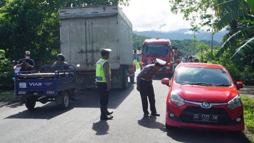 Hari pertama pemberlakukan larangan mudik Lebaran 2021, terpantau puluhan kendaraan di putar balik di wilayah Kabupaten Polewali Mandar, Sulawesi Barat, sejak Kamis dini hari (6/5/2021).
