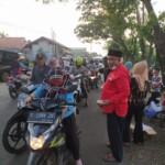 Paguyuban Seniman Cibatu, Kecamatan Cibatu, Kabupaten Purwakarta, berbagi takjil dibuka dengan bacaan doa pembuka serta alunan sholawatan oleh ustad Angga