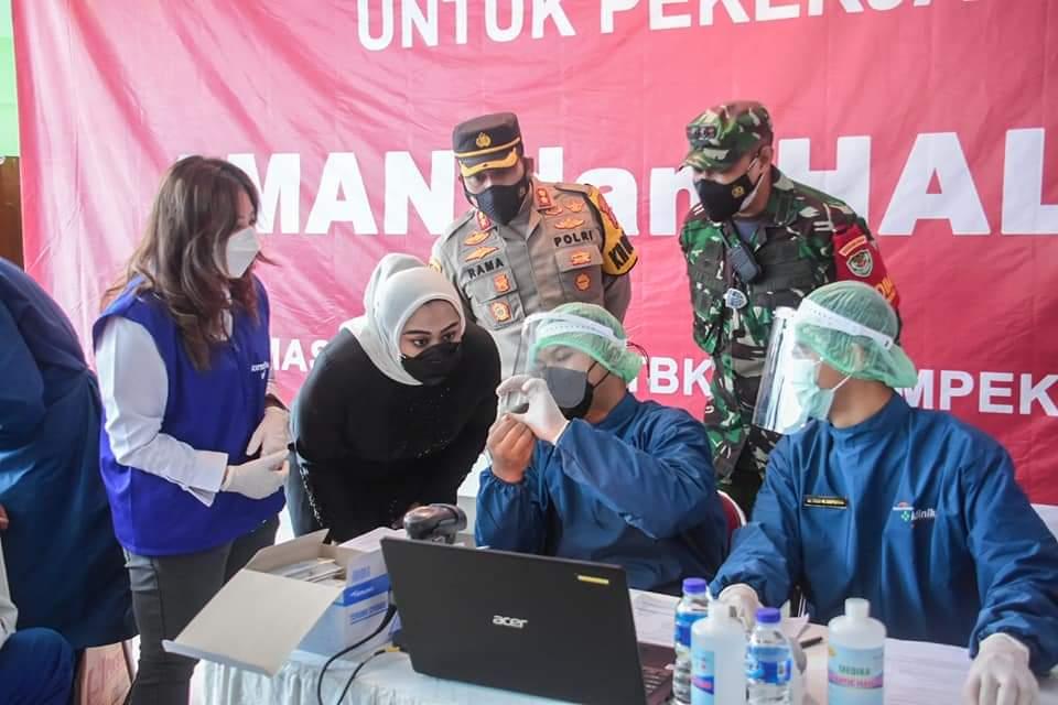 """Bupati Karawang, dr. Hj. Cellica Nurrachadiana saat memberi sambutan pada acara vaksinasi massal vaksin """"Gotong Royong"""" karyawan PT Sampoerna di kawasan industri KIIC, Selasa (18/5/2021)."""