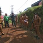 Bupati Tanah Datar Eka Putra saat meninjau ruas jalan alternatif di Tanah Datar Sumbar (M Rafi / Mattanews.co)
