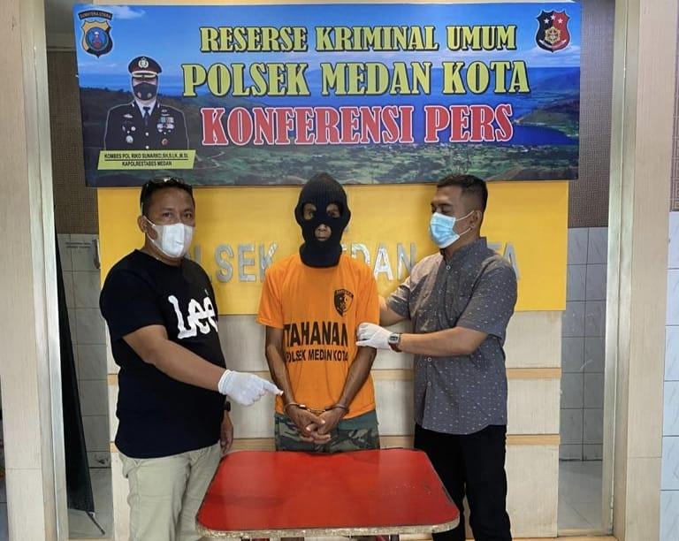 Tim Polsek Medan Kota menciduk pecandu narkoba (Tison Sembiring / Mattanews.co)