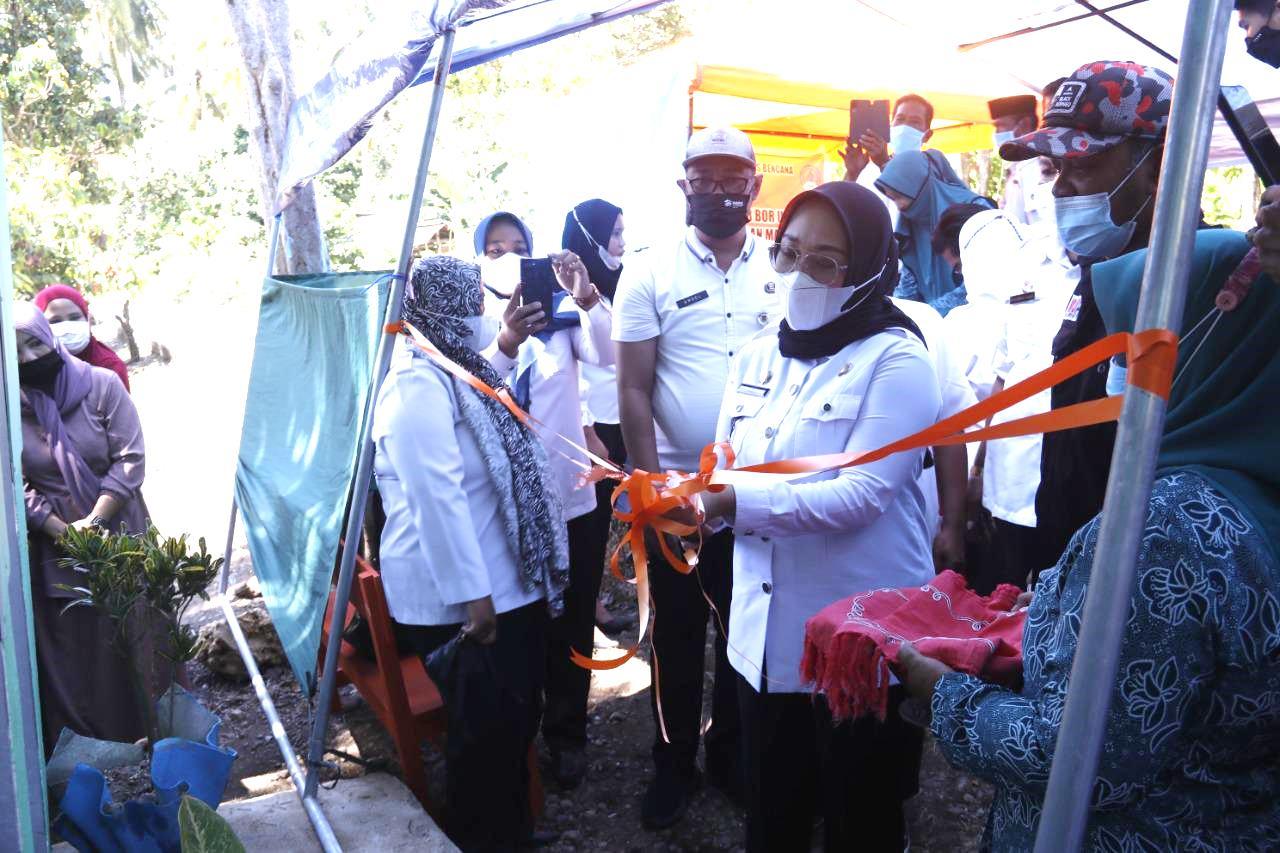 Bupati Mamuju Sutinah Suhardi saat meresmikan pembangunan sarana MCK di Mamuju Sulbar (Edo / Mattanews.co)