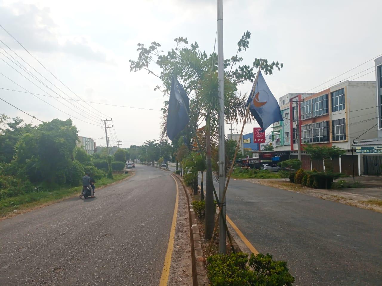 Bendera Partai Nasdem yang mulai menghiasi sepanjang Jalan Lingkar Kota Prabumulih (Andri Bara / Mattanews.co)