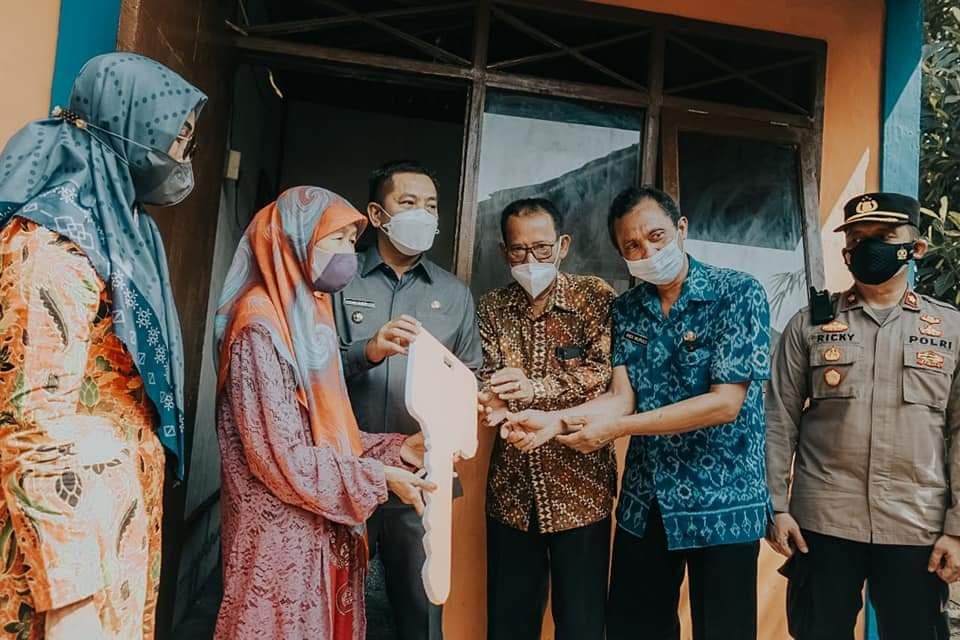 Wabup Karawang meresmikan program Rumah Layak Huni di hunian warganya, yang mendapatkan bantuan renovasi rumah (Aep Apriyatna / Mattanews.co)
