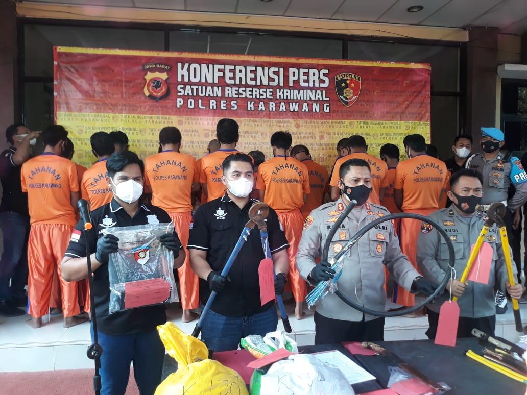 Polres Karawang Jabar menggelar konferensi pers terkait penangkapan 10 orang pelaku pencurian di Karawang (Aep Apriyatna / Mattanews.co)