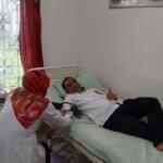 Salah satu warga OKU Sumsel, mendonorkan darahnya ke PMI OKU dalam rangka peringatan Hari Donor Darah Sedunia (Satrio / Mattanews.co)