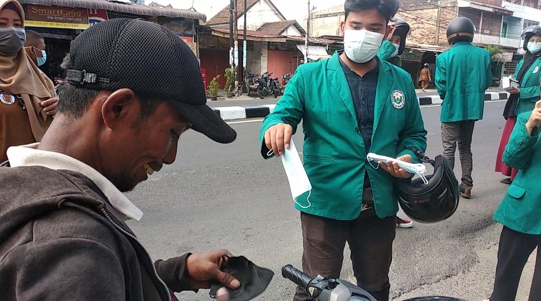 Mahasiswa Unimed dan Gakkum Polsek Medan Timur Sumut, membagikan masker ke warga Medan Sumut (Tison Sembiring / Mattanews.co)