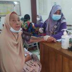 Salah satu warga Cibatu Purwakarta Jabar mengikuti vaksinasi COVID-19 tahap kedua (Agus Sugianto / Mattanews.co)