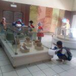 Sejumlah siswa Sekolah Alam Palembang melakukan pengamatan benda bersejarah di Museum Provinsi Sumsel